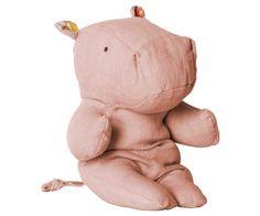 Jetzt geht's auf Safari! Mit den neuen Kuscheltieren der Serie Safari Friends hat Maileg weiteren Kinderträumen eine Form gegeben. Dieses süße Hippo zum Beispiel ist ganz zahm und möchte den ganzen Tag lang nur kuscheln. Die liebevollen Details und die hochwertige Verarbeitung machen aus dem Hippo einen Freund fürs Leben, der uns später nostalgische Erinnerungen schenkt. Bei pinkmilk ist der kleine Freund auch in schönem Blau erhältlich.