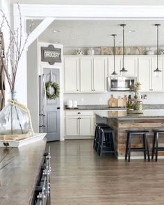 Check out this modern #farmhouse kitchen decor idea with farmhouse signs. Love it! #HomeDecorIdeas @istandarddesign