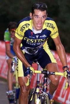 Angel Casero is tracked by Roberto Heras' Kelme teammate Fernando Escartin on the Angliru in 2000.