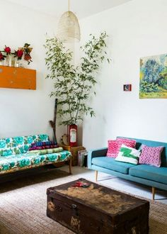 We wanna give our homes a summer makeover! We love mismatched cushions and recycled furniture