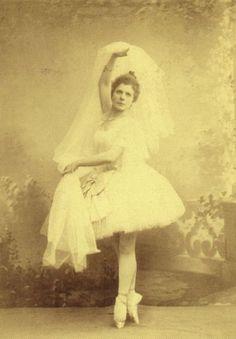 Пьери́на Ленья́ни (итал. Pierina Legnani; 1863 — 1923) — итальянская балерина, первая исполнительница партии Раймонды. Мариинский театр, 7 января 1898 г. / Pierina Legnani — Italian ballet dancer, the first performer  in the party for  Raymonda. Mariinsky Theatre, 7 January 1898.
