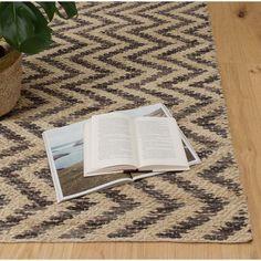 Unser Teppich Haldia wird von unseren zertifizierten Partnern in Indien in einem Materialmix aus Jute, Wolle und Baumwolle von Hand in Leinwandbindung verarbeitet. Die farbigen Wollgarne verleihen der robusten Jute ein schönes Zickzackmuster, das wunderbar mit dem natürlichen Charme dieses Teppichs harmoniert.