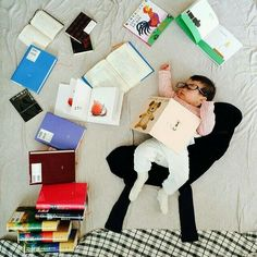 This Napping Baby Goes On Magical Adventures Thanks To Her Mom Monthly Baby Photos, Newborn Baby Photos, Baby Girl Newborn, Baby Poses, Newborn Shoot, Baby Kalender, Half Birthday Baby, Book Bebe, Baby Shooting