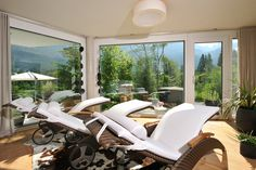 Ruheraum mit Panoramafenstern im eigenen Chalet im Salzburger Land // Relaxation room with panorama windows in your very own chalet in the Salzburger Land region Bergen, Relaxation Room, Outdoor Furniture, Outdoor Decor, Sun Lounger, Windows, Bed, Home Decor, Chalets