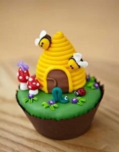 Learn how to make amazing cakes & cupcakes! Beehive Cupcakes, Bee Cupcakes, Yummy Cupcakes, Cupcake Cookies, Garden Cupcakes, Pretty Cupcakes, Cupcake Art, Wedding Cupcakes, Fancy Cakes