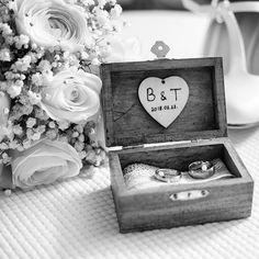 A pillanat mikor már a kiegészítők is készen állnak hogy a helyükre kerüljenek  #vividesign #esküvő #kiegészítők #csokor #gyűrű #cipő #wedding #accessories #bouquet #rings #shoes