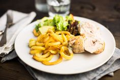 Gevulde kipfilet met frisse salade en friet - Koken met Aanbiedingen