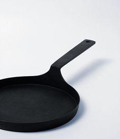 Nambu Iron Oil Pan - Design by Nobuho Miya Country: Japan Cooking Utensils, Kitchen Utensils, Kitchen Gadgets, Cooking Ware, Kitchen Tools, Kitchen Design, Kitchen Decor, Minimal Kitchen, Kitchenware