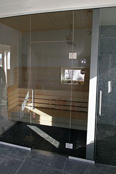 Glasvägg till bastu och dusch i Rökfärgat 8 mm härdat glas Saunas, Room Interior, Sweet Home, Bathtub, Sauna Ideas, Mirror, Bathroom, Architecture, Decorating Ideas