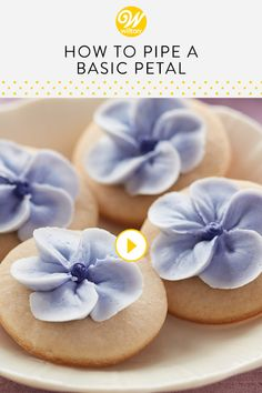 Watch and learn how to make a basic petal for decorating cakes, cupcakes and oth… - Cake Decorating Simple Ideen Cake Decorating Company, Cake Decorating Piping, Creative Cake Decorating, Cake Decorating Techniques, Cake Decorating Tutorials, Decorating Cakes, Creative Cakes, Cookie Decorating, Decorating Ideas