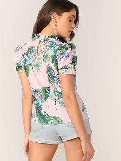 15fd240d7 Blusa con estampado tropical de manga farol de cuello alto fruncido