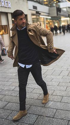 5 Men's Style Trends For 2018 & How To Wear Them - with a fall combo with a brown trench coat black sweater light but button up shirt black denim brown suede chelsea boots. Brown Suede Chelsea Boots, Chelsea Brown, Outfit Stile, Brown Trench Coat, Trench Jacket, La Mode Masculine, Herren Outfit, Boating Outfit, Mens Style Guide