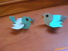 Ptáčka si mohou vyrobit děti samy, nebo malí škulkové s pomocí maminky POMŮCKY: barevný papír...
