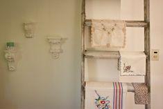 <!--:es-->Gabi. Casa -tipo chalet- de 4 ambientes + patio y jardín en Adrogué (Gran Buenos Aires, Sur). <!--:--> Decor, Shabby Chic, Interior, Shabby, Deco, Ladder Decor, Home Decor, Towel Rack, Interior Deco