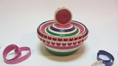 Cómo hacer una caja con serpentinas. Serpentine box. - stelle filandi Recycle Newspaper, Newspaper Crafts, Easy Diy Crafts, Recycled Crafts, Magazine Bowl, Paper Beads Tutorial, Corn Dolly, Magazine Crafts, How To Make Box