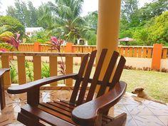 Una veranda in mezzo al verde e un cagnolino che ti aspetta sulle scale.  Che risvegli alle Seychelles  Buongiorno a tutti!