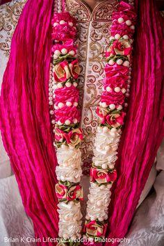 Jai Mala Flower Garland Wedding, Rose Garland, Flower Garlands, Wedding Flowers, Wedding Garlands, Floral Garland, Outdoor Indian Wedding, Indian Wedding Ceremony, Indian Marriage