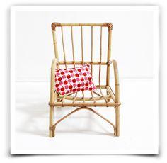 Adorable petit fauteuil en rotin des ann�es 50. Pi�ce unique.Excellent �tat g�n�ral. Pour enfants de 18 mois-4 ans environ.Dimensions: Hauteur: 45cmLargeur: 28 cmprofondeur: 45 cm