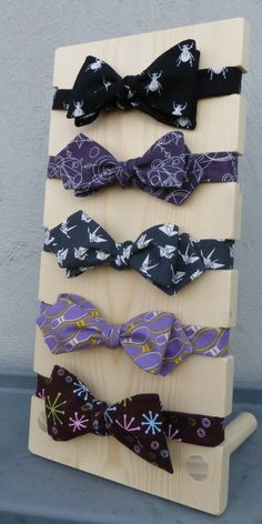 Bow tie display - also good for silk wrap bracelets Craft Fair Displays, Market Displays, Booth Displays, Headband Display, Headband Holders, Bow Display, Display Stands, Silk Wrap Bracelets, Tie Crafts