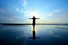 ¿Qué es libertad financiera? Libertad financiera es mucho más que tener dinero. Es la libertad de ser quien eres realmente y hacer lo que realmente quieres en la vida. Y muchos de nosotros, especialmente las mujeres, pierden oportunidades porque tienen que jugar con muchos y diversos papeles en su vida. Si quieres ser financieramente libre, ¿que necesita para convertirse en otra persona que eres hoy y dejar ir lo que eres en el pasado? Es un proceso de crecimiento espiritual y emocional…