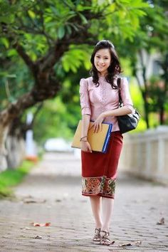This is what women actually wear during the day. Modest Wear, Modest Dresses, Love Fashion, Fashion Beauty, Womens Fashion, Morden Dress, Cinderella Outfit, Thai Dress, Thinking Day