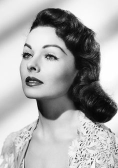 Jeanne Crain was such a beauty!   She starred in films such as State Fair (1945), Belles on Their Toes, Take Care of My Little Girl, and more. #1940s #glamor #coiffure