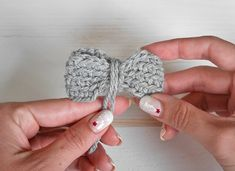 Easy crochet bow pattern. Make these adorable crochet bows, add an elastic band and make them a hair tie for your little girl or add them to a headband. Two sizes included and it is easily customisable. Free crochet pattern.