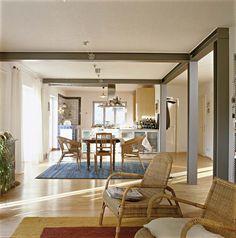 Erdgeschoss: Stahlträger und Stützen statt Trennwände – kochen, essen und wohnen auf 45 qm.