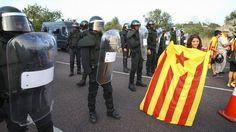 POLÍTICA  Tensió entre els participants a la Via Catalana i la policia al tram valencià perquè superava els 500 metres permesos  La Guàrdia ...