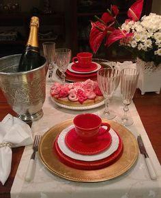 Ganhei da minha querida amiga Flávia Braz um bolo com calda de cereja que é Delicioso...então resolvemos tomar uma taçinha de champagne para dar as boas vindas a semana que está começando...com feriado #mesaposta #mesalinda #instagood #photooftheday #meseirasassumidas #beauty #beautiful #decoracao #glam #decor #decoration #designer #new #receita #receberbem #champagne #flores #flowers #instafit #delicious #meseirasmineiras #bolo #table #tablesetting by caprichosdacarlaribeiro…