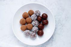 Vegan chocolade truffels. Inmiddels heeft iedereen ze al een keer geprobeerd, de bliss ball ofwel chocolade truffel! Of je ze nou zelf hebt gemaakt of gekocht in de biowinkel, iedereen is het erover eens, de bliss ball is het einde. Verschillende supermarkten hebben inmiddels een eigen soort chocolade truffel in het assortiment opgenomen