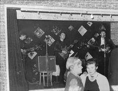 Los Beatles tocando para 18 personas en el club Aldershot, un año antes de que saltaran a la fama . [Diciembre de 1961]