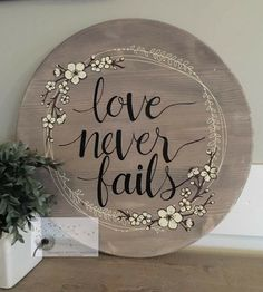 Love never fails! Love never fails! Chalk Crafts, Decor Crafts, Wood Crafts, Diy Crafts, Chalk It Up, Chalk Ink, Wall Decor Quotes, Diy Wood Signs, Plate Crafts