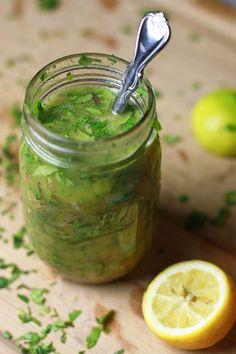 Aderezo fresco - Jugo de 1 limón entero - 2 dientes de ajo picados - 100 ml de aceite de oliva virgen extra - 1 cucharada de perejil - 1 cucharadita de eneldo - ¼ de cucharadita de sal - ¼ de cucharadita de pimienta