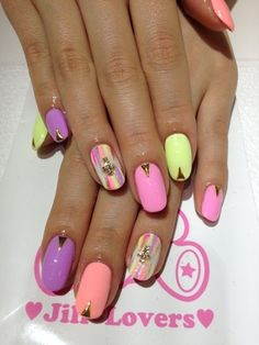 lacquerism:  (via ameblo.jp)   Sometimes it just takes a little detail to make your mani pop!