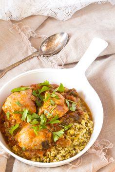 Congolese kip stoofpot met freekeh. Een stoofpot waarbij alles in 1 keer in de pan gaat. Met kip, aubergine, okra en verse rode peper. Ook lekker met rijst.
