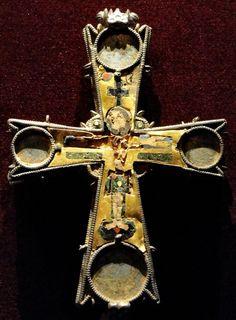 Christ. Pectoral croix; Byzance; X;. Emplacement: États-Unis. Cleveland. Musée des beaux-arts (CMA); Matériau: métal or, métal argenté, émail; Equipement: sciage, émail cloisonné.JPG (2351×3193)