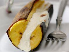 Gebackene Banane mit Frischkäse gefüllt