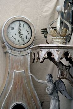 Gustavian Style - A Higher End looking Swedish style (vs Scandinavian Country Style) Yes, the clock! Swedish Decor, Swedish Style, French Decor, French Country Decorating, European Style, French Style, Old Clocks, Antique Clocks, Vintage Clocks