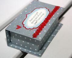 heute hab ich mal wieder ein kleines tutorial für euch:  die herstellung einer kleinen papp-box mit deckel, die ganz ähnlich aussieht wi...