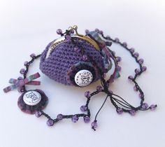 Monedero y collar Crystal Candy morado, de Miss Maloya.