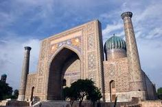 """Samarkanda-Samarkanda (em uzbeque: Samarqand; em tadjique: Самарқанд; em persa: سمرقند; em russo: Самарканд), cujo nome significa """"Forte de Pedra"""" ou """"Cidade de Pedra"""", em sogdiano, é a segunda maior cidade do Uzbequistão e a capital da província de Samarcanda, situando-se num fértil vale irrigado.A cidade é famosa pela sua localização estratégica no centro da Rota da Seda entre a China e a Europa."""
