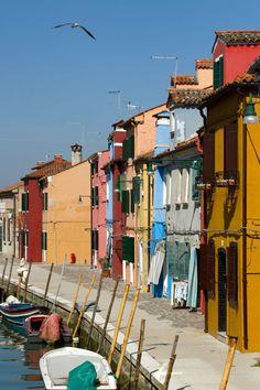 """silent burano"" von Bernd Hoyen #fotografie #photography #fotokunst #photoart #stadt #städte #city #cities #rot #red #urban #stadtlandschaft #stadtlandschaften #cityscape #cityscapes #italien #italy #burano"