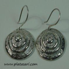 Pendientes fabricados en plata con forma en espiral.