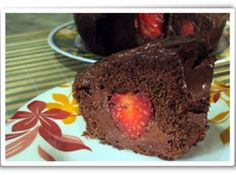 Receita de Bolo de Chocolate com Pedaços de Morango - bolo assado e frio, retire a tampa e faça um corte circulando-o, nas extremidades. Retire a parte central do bolo. Coloque parte do recheio no...