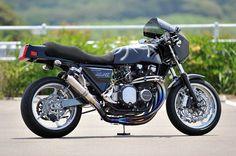 ≪NO.0102≫ ・ニックネーム SENZ ・メーカー名、車種、年式 1980年 カワサキ Z1000mk2 ・アピールポイント 輪島塗り 沈金 鳳凰 プラチナ仕上げ 日本を代表するバイク、カワサキZ。この国産バイクを国産技術で仕上げる純国産を目指しました。車両カラーは一般的なカスタムペイントのような派手さ、華やかさはないものの、黒留袖のジャパニーズビューティーをイメージしての車両です。
