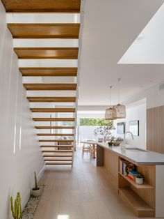 James Garvan Architecture has added gabled screens to the facade of North Bondi House, which is meant to mimic the form of a neighbouring property. Architecture Renovation, Architecture Design, Residential Architecture, Timber Battens, Mim Design, Biarritz, Light And Space, Types Of Houses, House Front