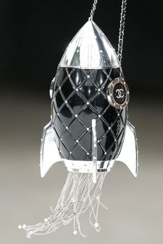 Best Women's Handbags & Bags : Chanel Clutch Collection - Burberry Handbags, Chanel Handbags, Purses And Handbags, Look Fashion, Fashion Bags, Space Fashion, Balenciaga, Givenchy, Valentino