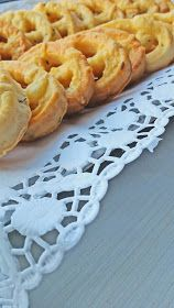 Covrigei fragezi cu branza | Bucatareste cu Laura Romanian Food, Fun Cooking, International Recipes, Pineapple, Deserts, Food And Drink, Appetizers, Bread, Candy