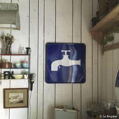 Panneau de signalisation peu courant ! Date de 1974. Tôle émaillée bleu et blanc. Bon état. Décoration idéale pour une salle de bain !